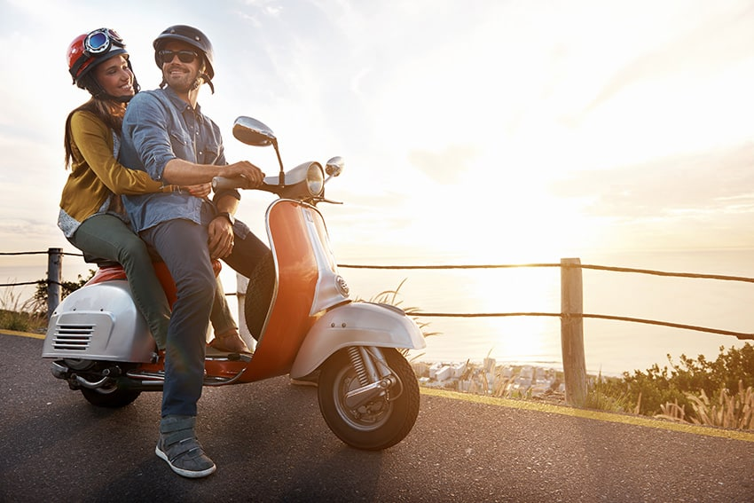 זוכ על אופנוע מביט אל השקיעה