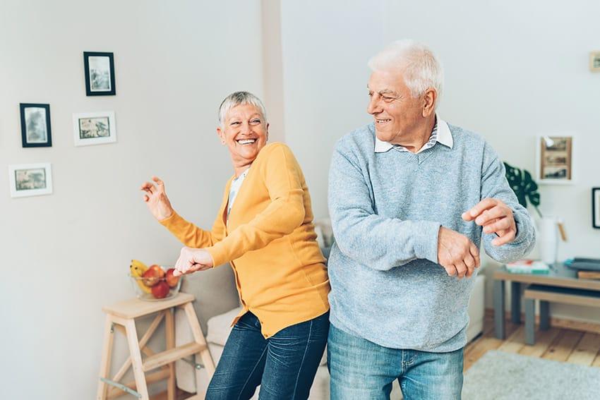זוג מבוגרים רוקד באושר