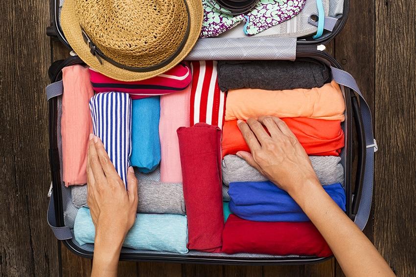 אשה אורזת מזוודה לחופשה