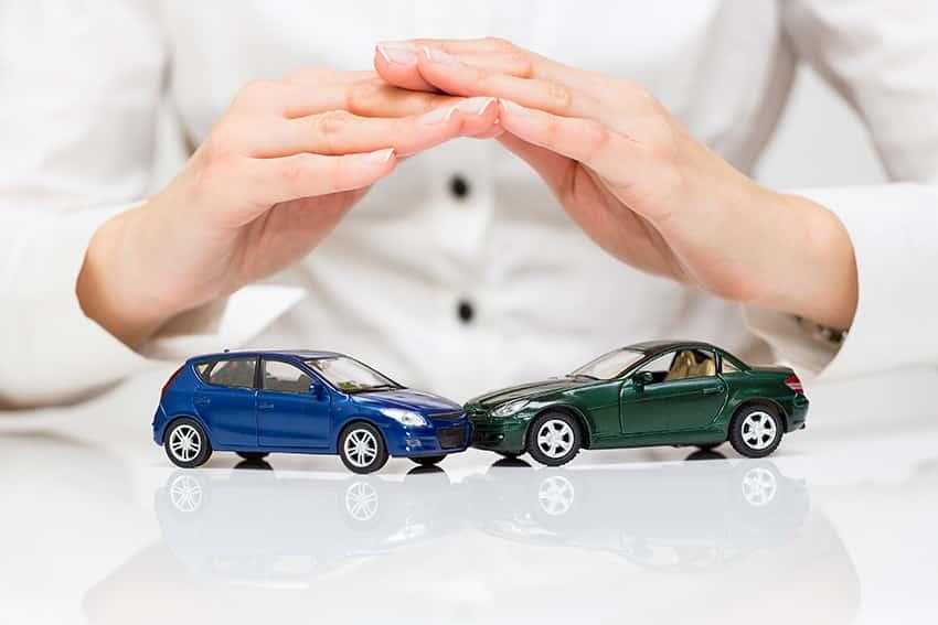 מכוניות צעצוע מתנגשות