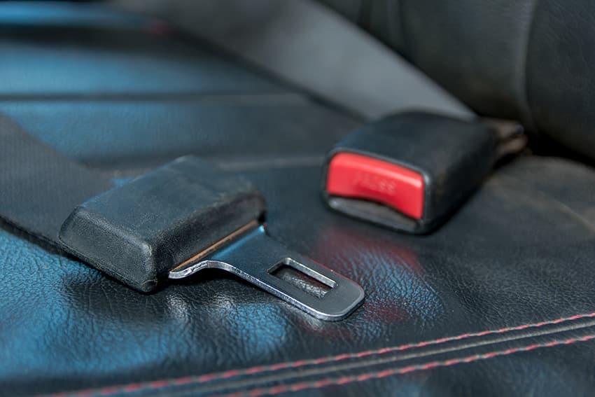 חגורת בטיחות למושב הנוסע ברכב. בבטחה על המכונית