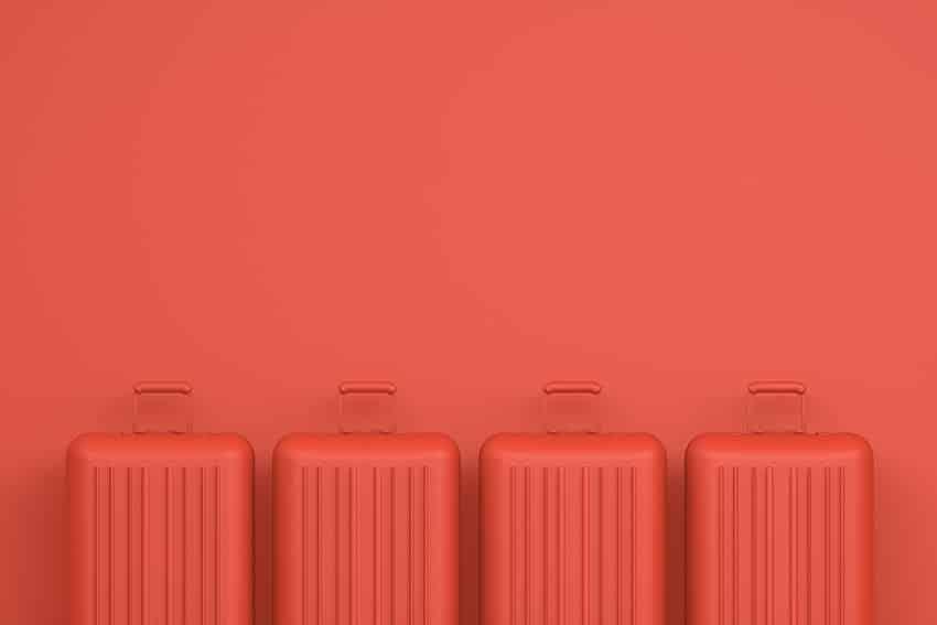מזוודות אדומות על קיר אדום