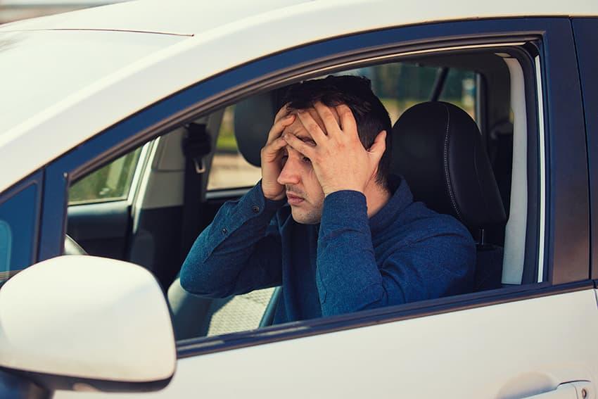 נהג צעיר מדוכא, מעוצבן שומר ידיים על הראש כיסוי, יש בעיות עם המכונית השבורה. למישהו חסר מזל יש תאונת דרכים או שכח לדלק את המכונית שלו.