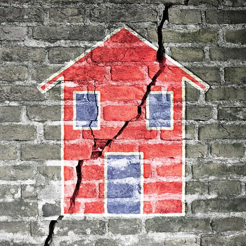 בית אדום מצויר על קיר לבנים אפור