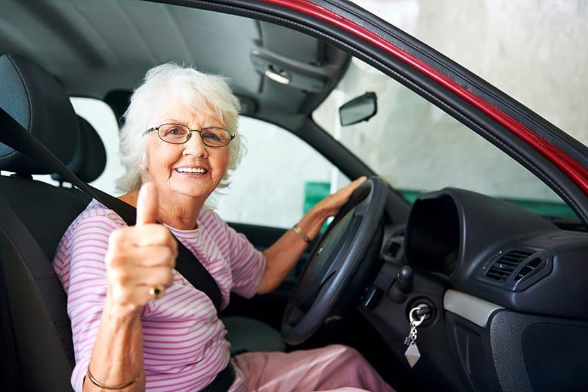 אישה מבוגרת יושבת באוטו
