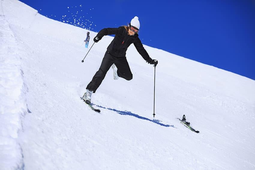 אישה עושה סקי