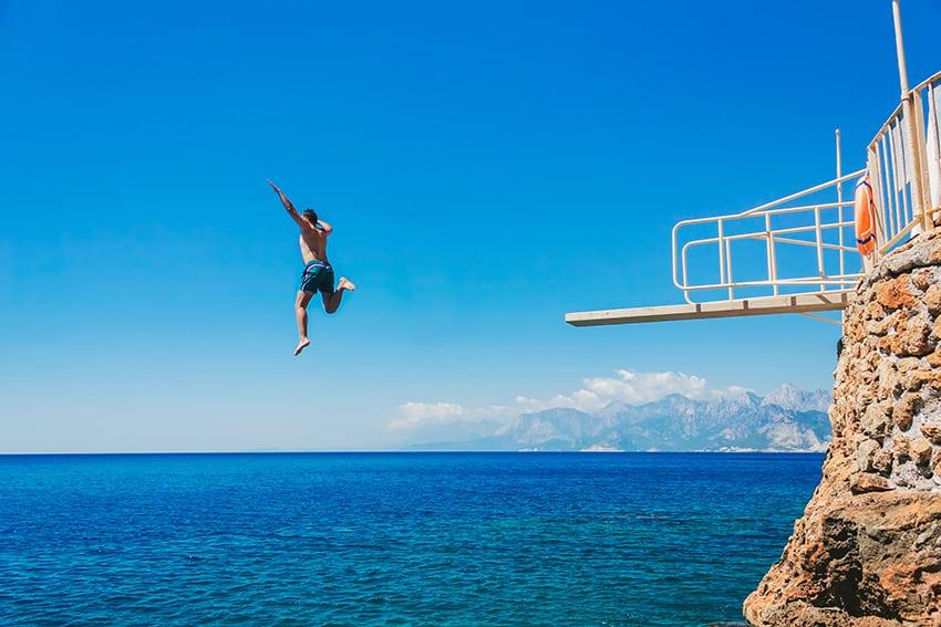 איש קופץ מצוק לים