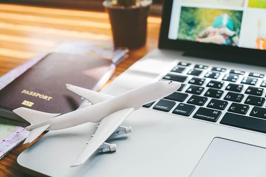 מטוס לבן על מחשב נייד