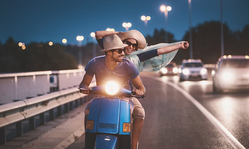 זוג צעיר נוסע על אופנוע