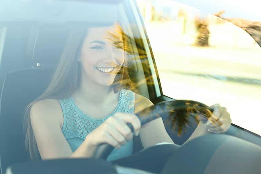 צעירה נוהגת במכונית